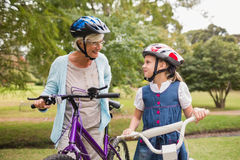 Grand-mère et fille sur leur vélo images libres de droits