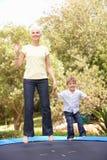 Grand-mère et fils branchant sur le tremplin dedans Photos libres de droits