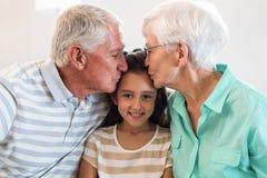 Grand-mère et père grand avec leur petite-fille Photo libre de droits