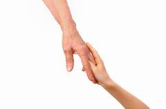 Grand-mère et petit-enfant tenant tendrement des mains Photos libres de droits