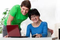 Grand-mère et petit-fils avec l'ordinateur portable images libres de droits
