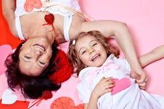 Grand-mère et petite-fille avec les coeurs de papier Images libres de droits
