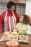 Grand-mère et petite-fille chez Veille de la toussaint Photographie stock libre de droits