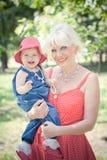 Grand-mère et petite-fille en parc Photo stock
