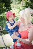Grand-mère et petite-fille en parc Images stock