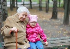 Grand-mère et petite-fille en stationnement Photo libre de droits