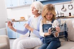 Grand-mère et petite-fille faisant des photos Photos libres de droits