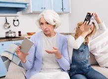 Grand-mère et petite-fille faisant des photos Photographie stock libre de droits
