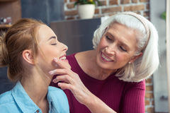 Grand-mère et petite-fille heureuses Photographie stock libre de droits