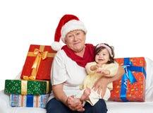 Grand-mère et petite-fille heureuses avec le cadeau de boîte de Noël - concept de vacances Image libre de droits
