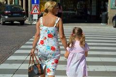Grand-mère et petite-fille, nipote, lois du trafic, attentionI photo libre de droits