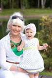 Grand-mère et petite-fille près de la rivière Image libre de droits