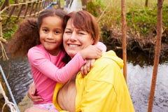 Grand-mère et petite-fille sur la promenade de campagne Photographie stock libre de droits