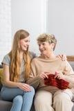 Grand-mère et petite-fille sur un sofa Photo libre de droits