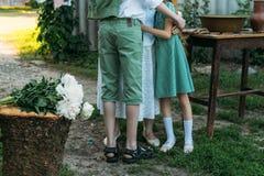 grand-mère et petits-enfants de réunion la grand-mère embrasse les petits-enfants, le frère et la soeur le petit-fils et la petit image libre de droits