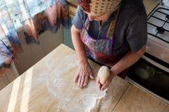 Grand-mère faisant cuire dans la cuisine image libre de droits