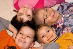 Grand-mère jouant avec des gosses Photo stock