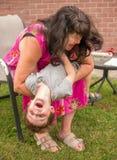 Grand-mère jouant le monstre de chatouillement avec l'petit-enfant Photographie stock