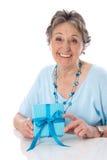 Grand-mère le jour de mère - une femme plus âgée d'isolement sur le dos de blanc Image stock