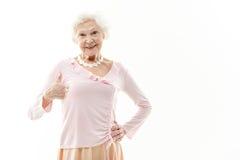 Grand-mère mûre heureuse montrant le signe correct Image stock