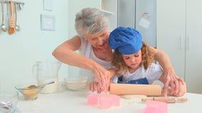Grand-mère mignonne enseignant sa fille grande banque de vidéos