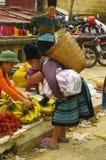 Grand-mère noir de Hmong sur le marché Images libres de droits