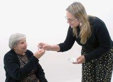 Grand-mère obtenant son médicament Image stock