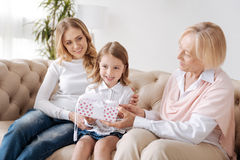 Grand-mère présent un cadeau à sa petite petite-fille Image stock