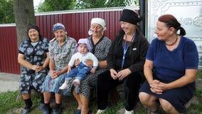 Grand-mère rurale s'asseyant sur le bench_3 Images libres de droits