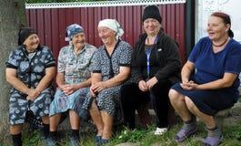 Grand-mère rurale s'asseyant sur le bench_6 Photographie stock libre de droits