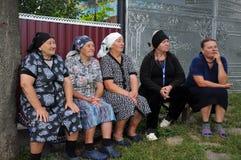 Grand-mère rurale s'asseyant sur le bench_8 Image stock