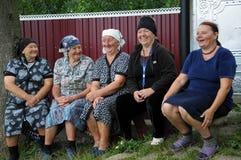 Grand-mère rurale s'asseyant sur le bench_5 Image libre de droits