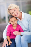 Grand-mère s'asseyante de fille Photo libre de droits