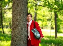 Grand-mère supérieure réfléchie de femme au parc d'été Image libre de droits