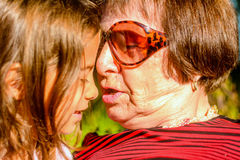 Grand-mère tenant sa petite-fille Photo stock