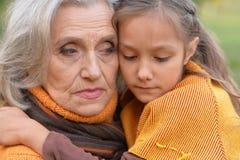Grand-mère triste avec la petite-fille Photo stock