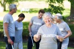 Grand-mère volontaire heureuse avec des pouces  Images stock