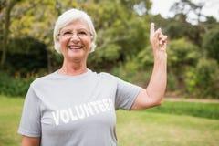 Grand-mère volontaire heureuse avec des pouces  Photographie stock libre de droits