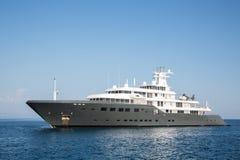 Grand méga de luxe gigantesque ou yacht superbe de moteur Investissement le MI Images stock