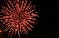 Grand mélange d'éclat d'étoile de rouge et de blanc contre un ciel noir sur le quatrième de juillet images libres de droits