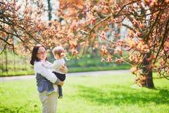 Grand-m?re et petite-fille appr?ciant la saison de fleurs de cerisier photos stock