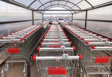 Grand magasin rouge vide d'Auchan de caddie Images stock