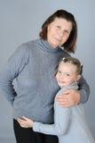 Grand-maman étreignant doucement sa petite-fille Image stock