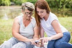 Grand-maman de enseignement de femme images stock