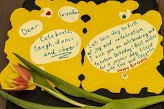 Grand-maman de joyeux anniversaire de carte de voeux Le petit-fils à la grand-mère l'a fait manuellement photos stock