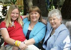 Grand-maman et descendant de maman à l'extérieur Photographie stock