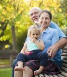 Grand-maman et grand-papa avec peu de grandaughter image stock