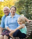 Grand-maman et grand-papa avec peu de grandaughter Images libres de droits