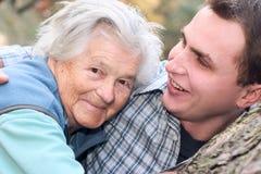 Grand-maman et son fils photographie stock libre de droits