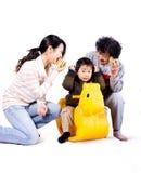 Grand-maman, mère et enfant jouant des jeux image stock